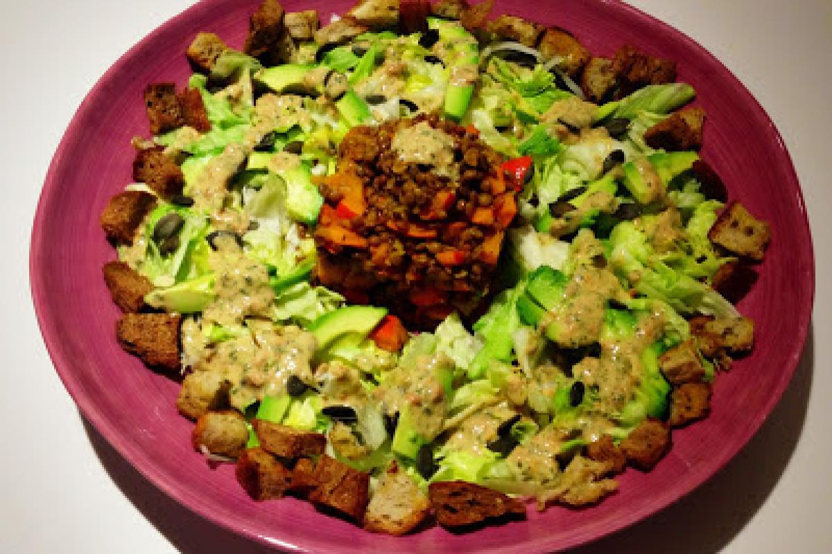 Salat mit Linsen-Kürbisgemüse und Brotwürfel