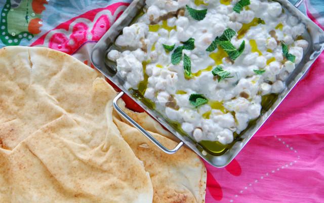 {Food} Kichererbsen in Joghurt-Tahin-Sauce