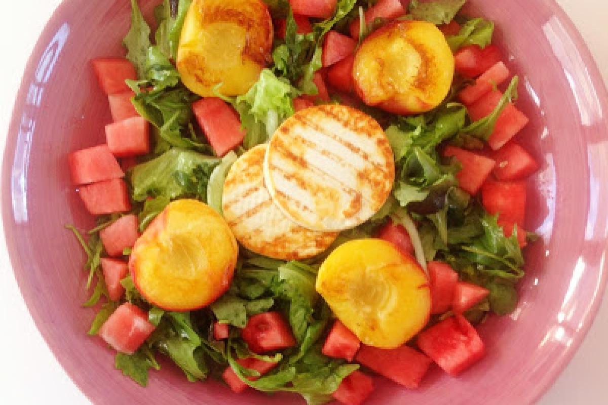 Sommersalat mit Melone und Pfirsich